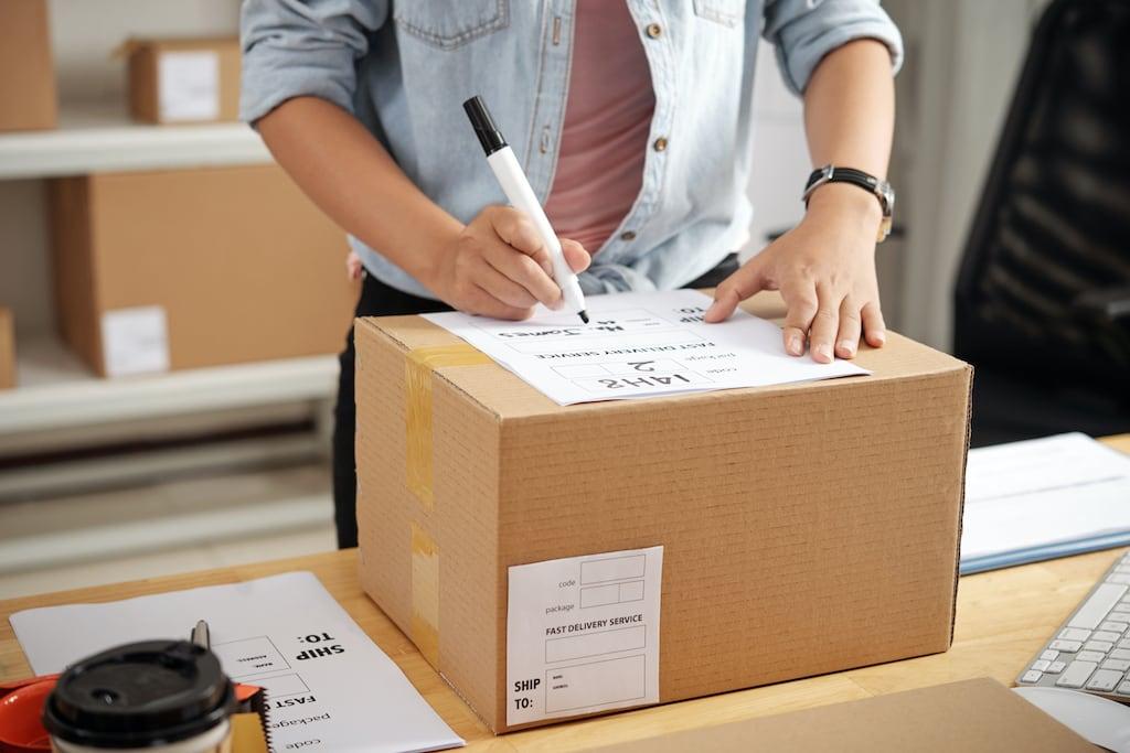 envío de un paquete de tienda online